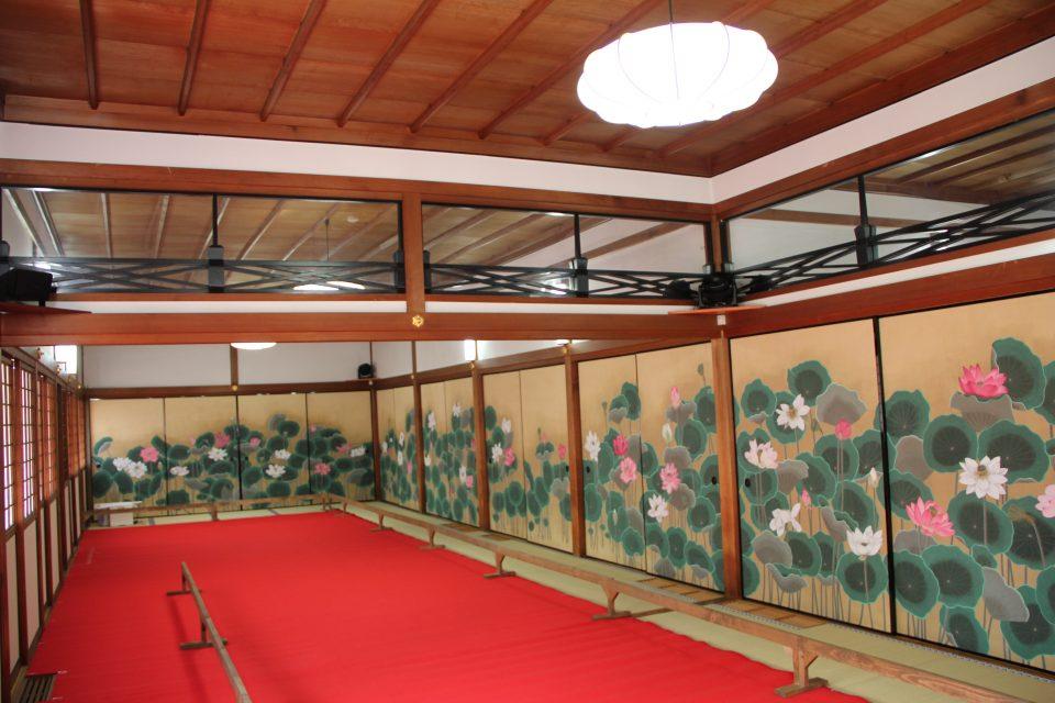 2006年に『聖武天皇御影』『光明皇后御影』、2010年に40面の襖絵を奉納。うち『蓮池』は16面にわたり、十勝・中札内村、鎌倉・建長寺境内のアトリエ『玉雲庵』などで製作された。写真は2012年の一般公開時の様子。