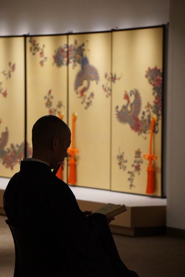展覧会オープニングにあたり、東大寺別当狭川普文師、執事長橋村公英師による七回忌の法要が営まれました。